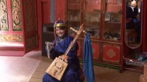 clémentine joue de la guitare mongole