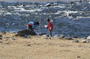 les filles jouent dans la rivière froide