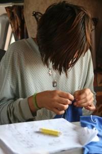 Amélie fait de la couture