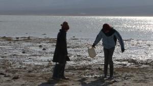 les filles jouent dans la boue