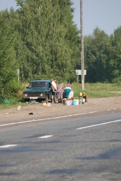 Marchand sur le bord de la route