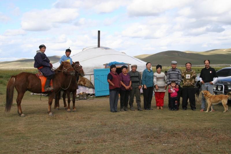 famille mongole devant la yourte