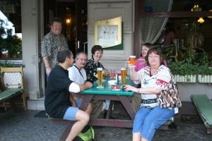 Manuella et sa bande buvant en terrasse