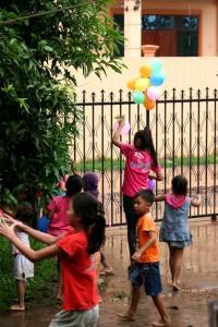les enfants du village décorent devant la maison