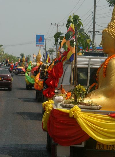 procession de bouddha pour pi mai