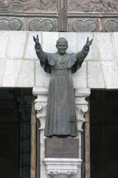 statue de jean paul II a l'entree de la basilique a quito equateur